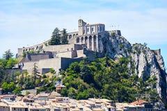 Paesaggio della città su una collina nelle alpi francesi Fotografia Stock