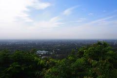Paesaggio della città, paesaggio urbano, casa di campagna, vista highrise su cielo blu e fondo della nuvola immagine stock libera da diritti