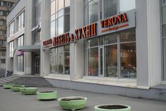 Paesaggio della citt? Una serie di letti di fiore alla nuova costruzione sulla via di Belinsky fotografia stock
