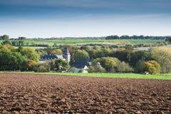 Paesaggio della collina con la chiesa in Limburgo, Paesi Bassi fotografia stock