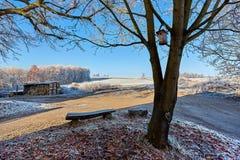 Paesaggio della contea con il sedile e l'aviario Fotografia Stock Libera da Diritti