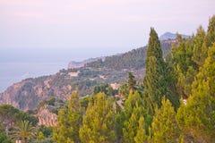 Paesaggio della costa con i ginepri Fotografia Stock