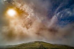 Paesaggio della cresta di Borzhava delle montagne carpatiche ucraine Nuvole sopra Carpathians immagini stock