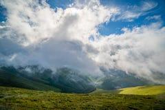 Paesaggio della cresta di Borzhava delle montagne carpatiche ucraine Nuvole sopra Carpathians immagini stock libere da diritti