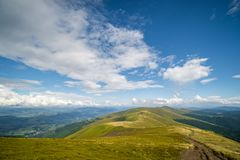 Paesaggio della cresta di Borzhava delle montagne carpatiche ucraine Nuvole sopra Carpathians immagine stock