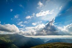 Paesaggio della cresta di Borzhava delle montagne carpatiche ucraine Nuvole sopra Carpathians immagine stock libera da diritti
