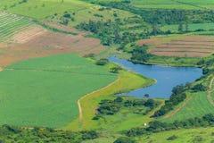 Paesaggio della diga delle culture dei campi dei terreni coltivabili di volo Immagine Stock Libera da Diritti