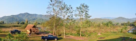 Paesaggio della foresta e montagna a tempo la mattina al villaggio della BO Kluea di divieto Immagine Stock Libera da Diritti