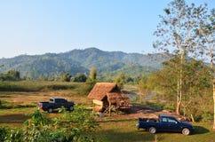 Paesaggio della foresta e montagna a tempo la mattina al villaggio della BO Kluea di divieto Immagini Stock Libere da Diritti