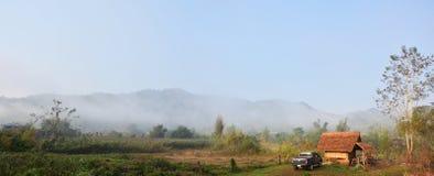 Paesaggio della foresta e montagna a tempo la mattina al villaggio della BO Kluea di divieto Fotografie Stock Libere da Diritti