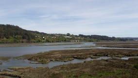 Paesaggio della Galizia con un fiume e la montagna un giorno soleggiato e con un villaggio Fiume di Mandeo e di Ria de Betanzos i fotografia stock libera da diritti