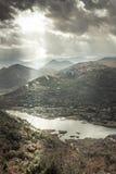 Paesaggio della gamma di montagne intorno al fiume di Rijeka Crnojevica dall'alta vista nel giorno nuvoloso con il cielo drammati Immagine Stock