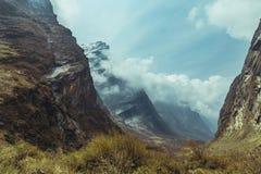 Paesaggio della gola della montagna è alto in Himalaya Fotografie Stock