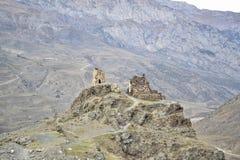Paesaggio della Inguscezia montagnosa, i resti di una civilizzazione antica fotografie stock libere da diritti