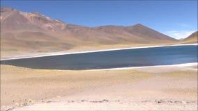Paesaggio della laguna, delle montagne e degli appartamenti del sale nel deserto di Atacama, Cile stock footage