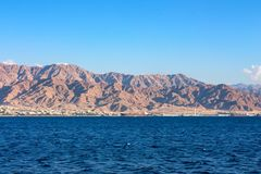 Paesaggio della linea costiera del Mar Rosso nel golfo di Aqaba immagini stock libere da diritti