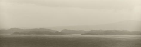 Paesaggio della linea costiera in isola di Skye Giorno piovoso scotland Il Regno Unito Immagine Stock
