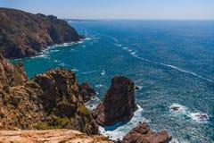 Paesaggio della linea costiera rocciosa sulla costa atlantica al giorno soleggiato fotografia stock