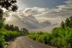 Paesaggio della lunga strada dopo la pioggia Immagini Stock