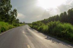 Paesaggio della lunga strada dopo la pioggia Fotografie Stock