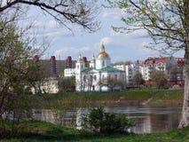 Paesaggio della molla di Polatsk attraverso il fiume Fotografia Stock
