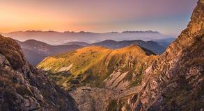 Paesaggio della montagna al tramonto Colourful Fotografia Stock