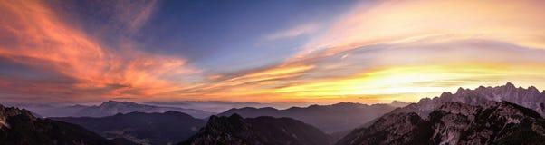 Paesaggio della montagna al tramonto in Julian Alps Vista stupefacente sulle nuvole variopinte e sulle montagne stratificate Fotografie Stock