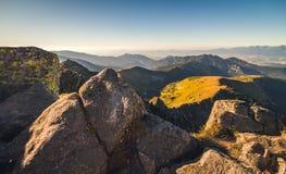 Paesaggio della montagna alla luce dorata Immagini Stock