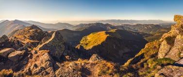 Paesaggio della montagna alla luce dorata Fotografie Stock