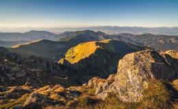 Paesaggio della montagna alla luce dorata Fotografia Stock