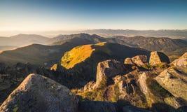 Paesaggio della montagna alla luce dorata Immagine Stock Libera da Diritti
