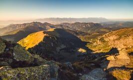 Paesaggio della montagna alla luce dorata Fotografie Stock Libere da Diritti
