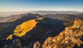 Paesaggio della montagna alla luce dorata Immagini Stock Libere da Diritti