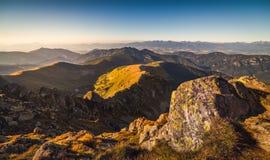 Paesaggio della montagna alla luce dorata Fotografia Stock Libera da Diritti