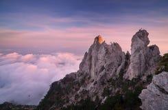 Paesaggio della montagna Alte rocce con le nuvole basse al tramonto Immagini Stock Libere da Diritti