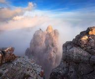 Paesaggio della montagna Alte rocce con le nuvole basse al tramonto Fotografia Stock