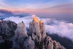 Paesaggio della montagna Alte rocce con le nuvole basse al tramonto Fotografia Stock Libera da Diritti