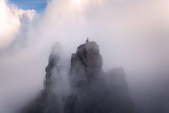 Paesaggio della montagna Alte rocce in nebbia al tramonto Immagine Stock Libera da Diritti