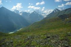 Paesaggio della montagna Altopiani, i picchi di montagna, gole e valli Le pietre sui pendii Immagini Stock