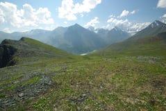 Paesaggio della montagna Altopiani, i picchi di montagna, gole e valli Le pietre sui pendii Fotografie Stock Libere da Diritti
