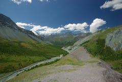 Paesaggio della montagna Altopiani, i picchi di montagna, gole e valli Le pietre sui pendii Fotografie Stock