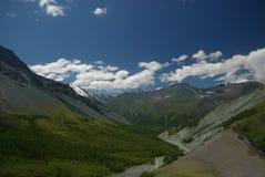 Paesaggio della montagna Altopiani, i picchi di montagna, gole e valli Le pietre sui pendii Immagini Stock Libere da Diritti