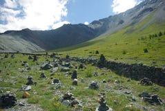 Paesaggio della montagna Altopiani, i picchi di montagna, gole e valli Le pietre sui pendii Immagine Stock