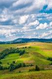Paesaggio della montagna carpatica con il cielo nuvoloso blu nel giorno di estate fotografie stock