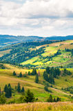 Paesaggio della montagna carpatica con il cielo nuvoloso blu nel giorno di estate fotografie stock libere da diritti