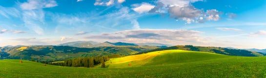 Paesaggio della montagna carpatica di panorama con il cielo nuvoloso blu di estate Fotografia Stock Libera da Diritti