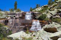 Paesaggio della montagna. Cascata Mramorniy Fotografia Stock Libera da Diritti