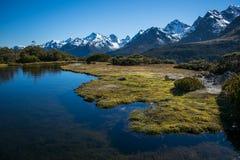 paesaggio della montagna con acqua in priorità alta Fotografie Stock