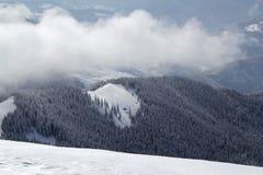 Paesaggio della montagna con alcune nuvole qui sopra. Fotografie Stock