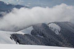Paesaggio della montagna con alcune nuvole qui sopra. Fotografie Stock Libere da Diritti